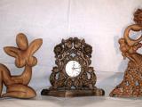 Две скулптури и часовник