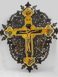 Голям кръст с дърворезба и рисунки